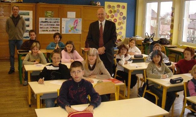 La classe de CM2 avec le député, M. Bénétruy